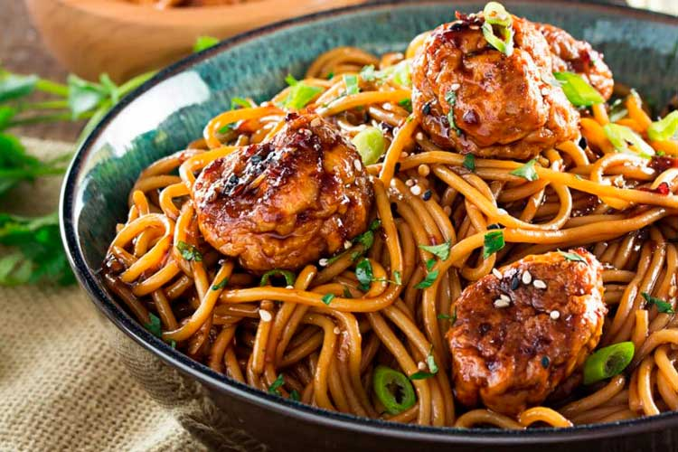 Pollo-Kung-Pao-con-espaguetis-y-albóndigas