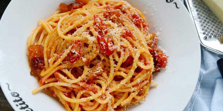 Pasta con tomate y guanciale